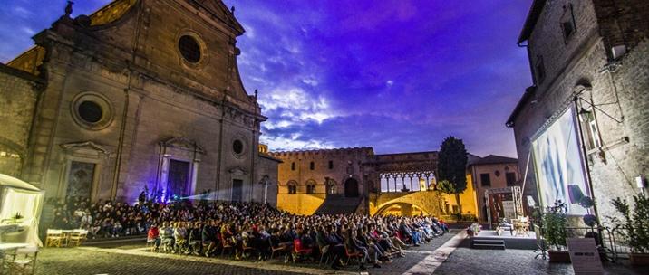 Un'immagine di piazza San Lorenzo durante il Tuscia Film Fest